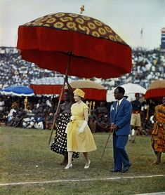 Queen Elizabeth II makes her way underneath a large, colored umbrella, to a dais to watch the Durbar of the Ashanti Chiefs, at Kumasi Sports Stadium in Ghana, Nov. Reign, Young Queen Elizabeth, Queen 90th Birthday, Die Queen, Royal Life, Queen Of England, Save The Queen, European History, The Crown