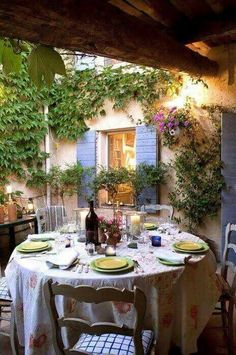 In my Paradise home I also envision outside dinning areas where we can sit and enjoy a garden like atmosphere. With ivy growing on the side of the house, cute shutters on the windows, twinkle lights and flowers blooming everywhere 😍