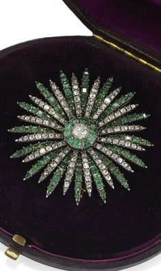 AN ANTIQUE GOLD, SILVER, EMERALD AND DIAMOND BROOCH, 18TH CENTURY. #VintageGoldJewellery #VintageJewelry
