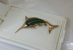 Alte Brosche Gold 375 Fisch Segelfisch Jade GB104 von Schmuckbaron