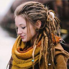 Klasik saç modellerinden sıkıldıysanız ve değişiklik istiyorsanız rastalı saç modelleri tercihiniz olabilir. Önceleri sadece siyahiler saçlarını rastalı diğer adıyla Afrika örgüsü yaptırırken; son zamanlarda hemen hemen bütün insanların tercih ettiği bir ikon haline dönüştü. Önceleri bende tek tük bu saç modeline rastlıyordum. Fakat son zamanlarda özellikle kadınlarda rastalı saç modellerine rastlar oldum. Rasta saçı el …