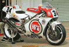 http://www.daidegasforum.com/images/1060/1993-suzuki-rgv-500-team-lucky-strike-2.jpg