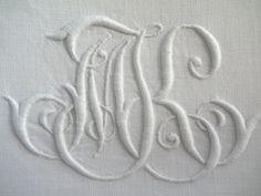 LINGE ANCIEN/ Superbe monogramme ancien MK brodé main sur toile lin pour couture