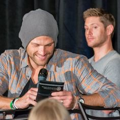 . (Jared checking out real police badge, Jensen having none of it and keeping distance to the badge in Dallas)