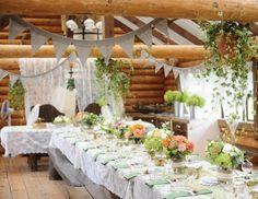 déco mariage champêtre - nappe de table blanche, arrangements floraux multicolores et guirlandes de fanions gris