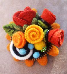 So pretty felt flower brooch Felted Wool Crafts, Felt Crafts, Fabric Crafts, Wool Felting, Felt Flowers, Fabric Flowers, Zipper Crafts, Felt Brooch, Crafty Craft