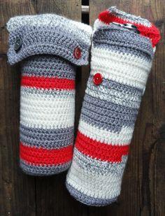 Gehaakte kruikzakken voor ronde baby bedkruiken rood wit grijs. €34,95, via Etsy.