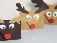 Puedes colgarlos del árbol, puedes crear un calendario de Adviento, puedes mandárselas a Papá Noel... Estos sobres con carita de reno son una manualidad muy divertida para hacer con niños.