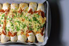 Det her er bare ultimativ comfort food og masser af gode sager samlet i én ret. Jeg har i lang tid kigget på og savlet over opskrifter på enchiladas, så selvfølgelig måtte jeg også kaste mig ud i de spanske madpandekager. Det er simpelthen bare lækker, mexicansk hyggemad, når det er bedst, ....