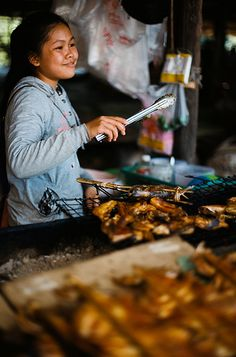 Street Food in Seam Reap, Cambodia World Street Food, Asian Street Food, Best Street Food, Angkor Wat, Cambodian Food, Traditional Market, Street Vendor, International Recipes, Food Truck