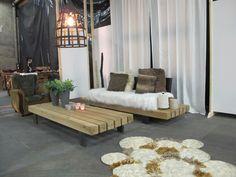 Zelfgemaakte meubelen en tapijt