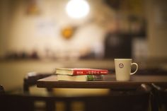 お気に入りの本と一緒に珈琲を飲みながら、のんびり寛ぐ。お部屋以外に楽しめる場所。