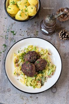 Juicy meatballs with savoy cabbage-Saftige Frikadellen mit Wirsinggemüse Meatballs and savoy cabbage - Grilling Recipes, Meat Recipes, Slow Cooker Recipes, Savoy Cabbage, Snack House, Meatball Recipes, Easy Healthy Recipes, Food And Drink, Beef