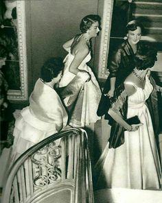 Baile de final de temporada de ópera. Años 50-60. Oviedo (España) Vintage Fashion, Statue, People, Image, Art, Vestidos, Old Photography, Oviedo, Old Pictures