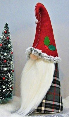 Gnomes, Tomte, Nisse or Tonttu. In Scandinavian countries, these little creatures guard your home. In Swedish, their name comes from the old word tomt which means plot - the plot of land where your home is. A well kept home is said to have its own residen Christmas Gnome, Christmas Art, Christmas Projects, Christmas Decorations, Christmas Ornaments, Scandinavian Gnomes, Scandinavian Christmas, Diy Cadeau Noel, Craft Fairs