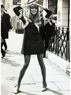 スゥインギング・ロンドン時代を代表するデザイナー、オジー・クラークの人気ドレスを着た1966年のパティ・ボイド。ストラップシューズでガーリーなエッセンスを漂わせて。流行アイテムを自分らしくヘルシーに着こ...