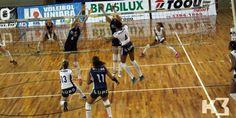 Jogo de vôlei com patrocínio da Brasilux Tintas.