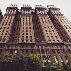 """Edifício Martinelli. importante prédio de São Paulo. Com 105 metros de altura e 30 pavimentos, foi entre 1934 e 1947 o maior arranha-céu do país e, durante um tempo, o mais alto da América Latina. No 26º andar existe um belíssimo terraço do qual se tem uma visão panorâmica da cidade, que compõe a paisagem urbana da cidade. Também a """"Casa do Comendador"""", réplica de uma villa italiana, Foi construída como moradia da família Martinelli para """"provar"""" ao povo que o prédio não cairia."""