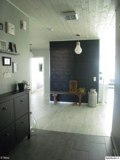 musta,paneeli seinä,maito tonkka,vanha penkki,valaisin,hemnes sarja,aula,eteinen,helmitaulu