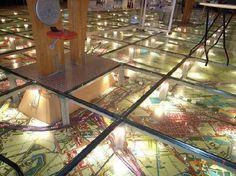 オランダ運輸水利管理省のフューチャーセンター「モビリオン」のミーティングスペース。ガラス張りの床の下には巨大なアムステルダム近郊の地図が敷かれている(写真:紺野 登)