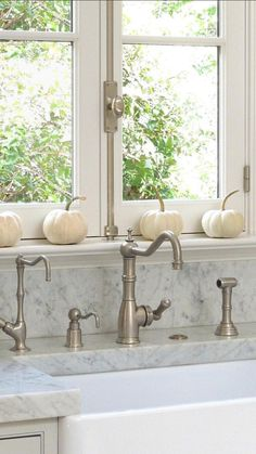 Simple Fall in the kitchen by Loi Thai: nice window Kitchen Interior, Kitchen Decor, Kitchen Ideas, Organizing Hacks, Autumn Decorating, White Pumpkins, Autumn Home, Kitchen And Bath, Kitchen Sink