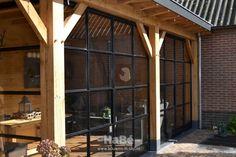 Eiken veranda met stalen taatsdeuren in Ederveen - HaBé | Bouwen in Stijl