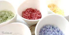 La sal de colores obtenida a partir del uso de colorantes naturales, es un recurso casero muy vistoso y fácil de hacer a la hora de decorar tus recetas.  Aunque la sal de colores se puede comprar, hay varias razones de peso para decidirse a elaborarla en casa: es mucho más …