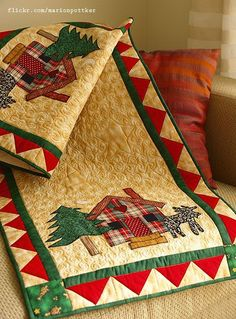 nice table runner that could be used for Christmas and beyond. Love the plaid house! Christmas Patchwork, Christmas Sewing, Christmas Projects, Christmas Quilting, Crochet Christmas, Christmas Runner, Noel Christmas, Purple Christmas, Coastal Christmas