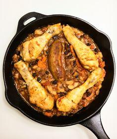 Cassoulet is een klassieke, stevige maaltijd met bonen en eend. Mijn eigentijdse versie wordt gemaakt met kip en komt uit de slowcooker.