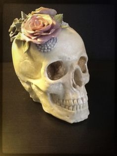 Chocolate Fondant Skull Cake, would get rid of the flower Halloween Torte, Bolo Halloween, Theme Halloween, Halloween Treats, Steampunk Halloween, Halloween Baking, Crazy Cakes, Fancy Cakes, Cupcakes