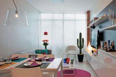 No lugar de um rack, três armários suspensos, dispostos um ao lado do outro, comparecem abaixo da TV, fixada na parede. Todas as peças foram instaladas de ponta-cabeça, com os puxadores para cima. Projeto de Neto Porpino.
