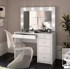 Penteadeira Camarim Star - IMAGINE MÓVEIS Makeup Room Decor, Mirrored Bedroom Furniture, Room Divider Doors, Vanity Room, Glam Room, Stylish Bedroom, New Room, Home Decor Bedroom, Room Inspiration
