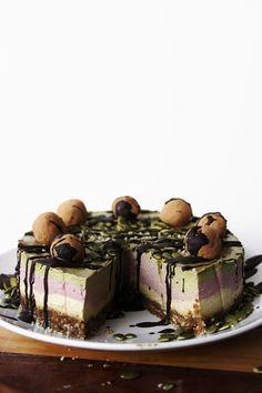 This Rawsome Vegan Life: Vanilla, Raspberry & Peppermint Cream Cake with Cacao Truffles Raw Vegan Desserts, Vegan Sweets, Healthy Sweets, Raw Food Recipes, Sweet Recipes, Healthy Cheesecake, Healthy Cake, Cashew Cheesecake, Cheesecake Cake
