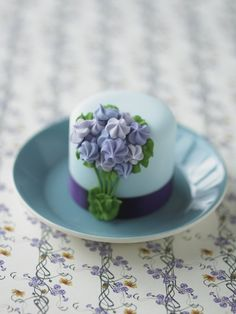 #CakeDecorating Flower stems mini #Cakes Use your Drop flower and leaf #Nozzles to pipe pretty lilac and purple blossoms! #LearnWithUs #Issue25