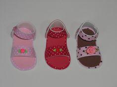 Lindas sandálias feitas em EVA medindo 7 cm. Excelente opção para lembrancinha de chá de bebê ou lembrancinha maternidade. Etiqueta com o nome do bebê colada dentro do sapatinho já inclusa no valor. Para incluir tag personalizada + saquinho de celofane + fitinha de cetim combinando + imã ou... Knitting Dolls Clothes, Doll Clothes Patterns, Clothing Patterns, Felt Baby Shoes, Baby Shower, Doll Shoes, Sandals, Sewing, Moana