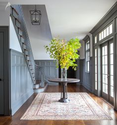 Is your small foyer discouraging you to decorate and get ready for buyers? The first room home buyers see when they step inside your home is the foyer. If your foyer is small, it can feel confined and uncomfortable. Foyer Staircase, Entry Hallway, Entrance Hall, Small Entrance, Martha Stewart Paint, Martha Stewart Home, Foyer Decorating, Decorating Ideas, Idee Diy