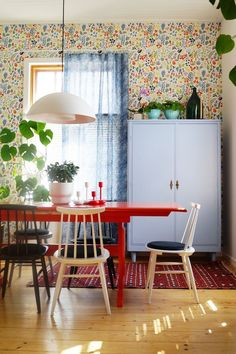 dining room, old furnitures, old house, houseplants, retro, vintage, orange table, colourful wool carpet, spoke chairs, boråstapeter wallpaper, blue old closet, Marimekko linen curtain, ruokailuhuone, värikäs villamatto, pinnatuolit, oranssi pirtinpöytä, vanha sininen kaappi, lasipullo, vanha talo,