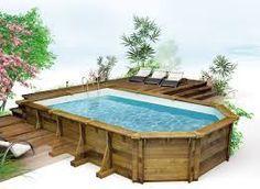 Une piscine semi enterr e avec un coin d tente au fond et for Prix d une piscine bois semi enterree