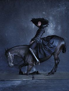 photo de mode : 'Rebel Riders', Tim Walker, Vogue Italia, décembre 2015, cavalière, cheval, bleu sombre, animaux