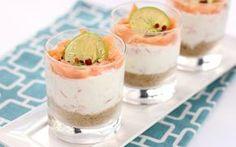La parola cheesecake vi fa pensare a un dolce? Provate la nostra ricetta di cheesecake al salmone, lime e pepe rosa e questa associazione non sarà più così automatica. Un cremoso strato di robiola, ricotta e salmone, adagiato sopra una profumata base di crostini integrali, con lime e pistacchi, in bicchierini monoporzione.
