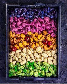 Rainbow gnocchi on 🌈🌈🌈 From bottom to top: spinach, potato, sweet potato, beetroot, blueberry. Gnocchi Recipes, Pasta Recipes, Baby Recipes, Vegan Recepies, Vegetarian Recipes, Colored Pasta, Pasta Casera, Light Pasta, Sweet Potato Gnocchi