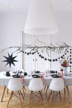 Christmas & Holiday Decorations For Parties That You'll Love - {Weihnachtstisch - christmas table setting} - noel Scandinavian Christmas, Rustic Christmas, Simple Christmas, Christmas Holidays, Modern Christmas, Pagan Christmas, Modern Holiday Decor, Minimalist Christmas, Merry Christmas