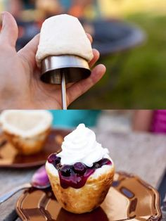 Camping Desserts To Make The World A Better Place Campfire tarts - Camping recipesCampfire tarts - Camping recipes Camping Desserts, Desserts To Make, Camping Meals, Delicious Desserts, Dessert Recipes, Yummy Food, Camping Recipes, Backpacking Meals, Camping Cooking