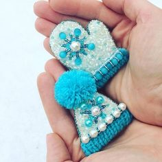 Beaded toque and mitten ornaments Bead Embroidery Jewelry, Fabric Jewelry, Beaded Embroidery, Beaded Brooch, Crochet Earrings, Brooches Handmade, Handmade Jewelry, Beaded Ornaments, Bijoux Diy