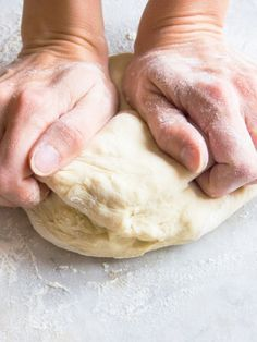 Manchmal muss es einfach etwas flotter gehen. Für diesen Fall gibt es ein Pizzateig-Rezept, für das du nur zwei Zutaten benötigst! Eine Freude für jeden, dem das Belegen der Pizza eh viel mehr Spaß macht...
