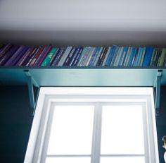 Créez des rangements super pratiques pour vos livres au-dessus d'une fenêtre.