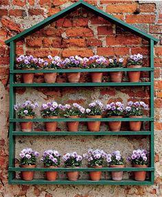 """""""Domeček"""" s policemi plnými květin rozveselí i fádní zeď"""