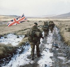 royalmilitary: Royal Marines, Falklands war - Anniversary guerra das malvinas -argentina e grã bretãnha British Royal Marines, British Armed Forces, British Soldier, British Army, Marine Commandos, Union Européenne, Falklands War, War Photography, Royal Navy