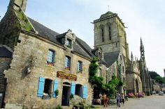 """La ville de Locronan a été construite au Ve siècle avant notre ère, au beau milieu d'une forêt sacrée. Il s'agissait en fait d'un quadrilatère d'environ 12 kilomètres, qui représentait la voûte céleste et les douze mois de l'année qui étaient chacun consacrés à une divinité. Aujourd'hui, Locronan est surtout connue pour son attrait touristique. Il fait partie des """"Plus beaux villages de France"""""""