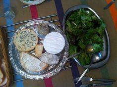 Jueves 11 abril. Comida. QUESOS FRANCESES. Una selección de quesos riquísimos comprados en el mismo mercado francés de Saumur. La idea de comerlos con una ensalada muy verde y muy fresca es buena!